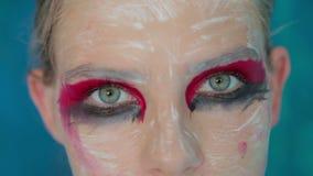 Zakończenie up strzelał nastoletni dziewczyny ` s oczy z kreatywnie niezwykłym makeup zbiory wideo