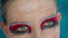 Zakończenie up strzelał nastoletni dziewczyny ` s oczy z kreatywnie niezwykłym makeup zdjęcie wideo