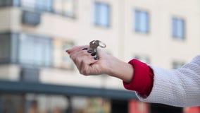Zakończenie up strzelał ręki daje kluczom mieszkanie Kobiety ręki omijania klucze nowi właściciele zbiory wideo