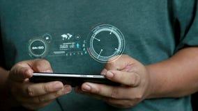 Zakończenie up strzelał ręki mężczyzna używa mobilnego mądrze telefon z HUD głowy pokazu up interfejsem dla futurystycznego cyber