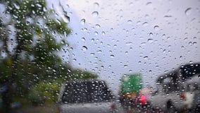 Zakończenie up strzelał raindrop na samochodowym nadokiennym szkle i rozmytego ruch drogowego na nastroju dżdżystym chmurzącym ci zbiory wideo