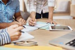 Zakończenie up szczegół drużynowy działania o nowy projekt w coworking przestrzeni, pisać pomysle, patrzeje przez grafika na past obraz stock
