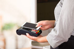 Zakończenie up telefonu komórkowego kontakt z kredytową karcianą maszyną, wchodni sposób płacić zdjęcia royalty free