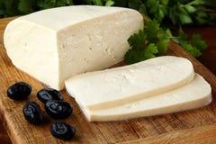 Zakończenie up tradycyjny bulgarian świeży unripened chałupa ser od krowy ` s mleka na nieociosanej drewnianej tnącej desce, deko Obrazy Stock