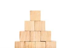 Zakończenie up układa w ostrosłupa kształcie przy drewnianym sześcianem, biznesowy concpt Fotografia Royalty Free