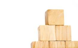 Zakończenie up układa w ostrosłupa kształcie przy drewnianym sześcianem, biznesowy concpt Obraz Stock