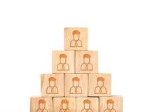 Zakończenie up układa w ostrosłupie przy ludźmi profilowej ikony na drewnianym sześcianie Zdjęcie Royalty Free