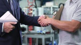 Zakończenie up właściciel biznesu w fabrycznych chwianie rękach z inżynierem zbiory wideo