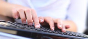 Zakończenie up wręcza multitasking mężczyzna używa laptop złączony wifi Zdjęcia Stock