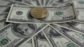 Zakończenie up złociste Bitcoin BTC monety na rachunkach 100 dolarów Na całym świecie wirtualny interneta cryptocurrency i cyfrow zdjęcie wideo