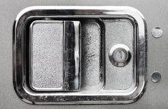 Zakończenie up zewnętrznej chromu semi ciężarówki drzwiowa rękojeść fotografia stock