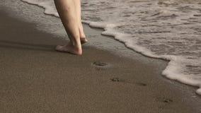 Zakończenie w górę żeńskich nóg iść w pasku denna kipiel na piaskowatej tropikalnej plaży w ranku wcześnie zdjęcie wideo