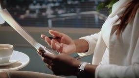 Zakończenie w górę amerykanin afrykańskiego pochodzenia biznesowej kobiety ręk trzyma kontrakt i pióro zbiory