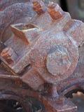 zakończenie w górę axle czmycha i koło na starej rdzewiejącej zaniechanej przemysłowej maszynerii fotografia royalty free
