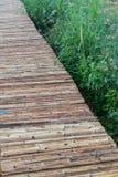 Zakończenie w górę bambusa mostu z świrzepy trawą zdjęcie stock