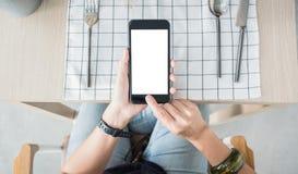 Zakończenie w górę białej pustego ekranu wiszącej ozdoby nad restauracja stołu rozkazu jedzeniem online zdjęcie royalty free