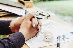 Zakończenie w górę biznesmena chwyta ręk na stole, hebluje pracę Biznesową zaczyna w górę obrazy royalty free
