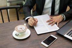 Zakończenie w górę biznesmena podpisuje kontrakt, biznes kontraktacyjny de obraz stock