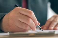 Zakończenie w górę bizneswoman ręk podpisuje kontraktacyjną i biznesową zgodę obrazy royalty free