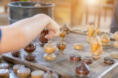Zakończenie w górę chłopiec ręki i matka bawić się szachy w domu fotografia royalty free