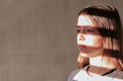 Zakończenie w górę ciężkiego lekkiego portreta tween dziewczyna z lampasem ocienia na jej twarzy zdjęcie royalty free