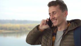 Zakończenie w górę cropped strona profilu portreta pomyślny młody człowiek patrzeje daleko od przy plenerowym, ono uśmiecha się, zdjęcie wideo