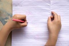 Zakończenie w górę dzieci trzyma koloru rysunek i ołówek Zdjęcia Stock