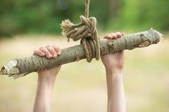Zakończenie w górę dziecko ręki na domowej roboty huśtawce w lesie zdjęcie royalty free