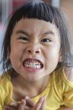 Zakończenie w górę figlarnie śmiesznej twarzy azjatykci dzieci ono uśmiecha się szeroko, toothy twarz Obraz Royalty Free