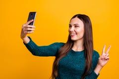 Zakończenie w górę fotografii pięknej ona dama chwyta ręki ręki telefon robi wp8lywy selfies pokazywać palce znaka symbol mówi bl obraz royalty free