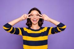 Zakończenie w górę fotografii pięknej ona jej dam ręk ręk palce podnosili blisko oczu znaka symbol mówi przyjaciela pokojowy ładn obrazy royalty free