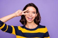 Zakończenie w górę fotografii pięknej ona jej damy ręki ręki palce podnosili blisko oko znaka symbolu mówją krewnych przyjaciół p zdjęcie stock