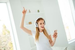 Zakończenie w górę fotografii piękny modny nastoletni nastolatek słucha rozsądnego ślad używa użytkownik słuchawki gadżetu odczuc obrazy stock