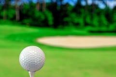 Zakończenie w górę fotografii piłka golfowa w polu golfowym w ciepłym zmierzchu świetle zdjęcie stock