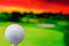 Zakończenie w górę fotografii piłka golfowa w polu golfowym w ciepłym zmierzchu świetle obraz stock