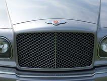 Zakończenie w górę kaloryferowego grille rocznika 1990s Bentley Brooklands i odznaki brytyjski projektujący i budujący luksusowy  obraz stock
