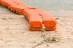 Zakończenie w górę końcówki pomarańczowy morze pociesza wiązanego na morze plaży, żołnierz piechoty morskiej wyposaża Zdjęcie Stock
