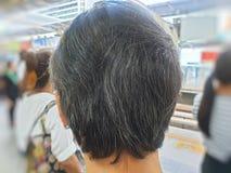 Zakończenie w górę kobiet popielatego włosy na zamazanym tle zdjęcia stock