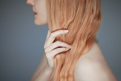 Zakończenie w górę kobiet ręk utrzymuje jej włosy, zmysłowy spojrzenie fotografia royalty free