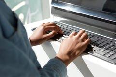 Zakończenie w górę kobiety wręcza pisać na maszynie na laptop klawiaturze Zdjęcia Stock