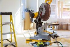 Zakończenie w górę kurendy zobaczył ostrego obrotowego ostrza pracy drewnianego wyposażenie i maszynerię obraz royalty free