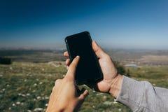 Zakończenie w górę mężczyzny używa telefon plenerowego fotografia royalty free