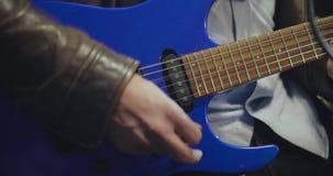 Zakończenie w górę męskiej ręki bawić się błękitną gitarę elektryczną zbiory