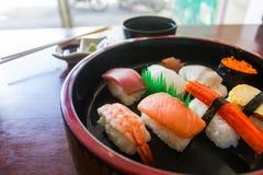 Zakończenie w górę Nigiri setu umieszcza w porcja pucharu stylu Japonia pole żywności, makrel surowego japoński styl trzy Zdjęcie Royalty Free