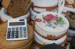 Zakończenie w górę obrazka kalkulator z rattan zdojest w tle przy Ubud sztuki rynkiem, Bali zdjęcie royalty free