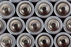 Zakończenie w górę odgórnego widoku na zamazanych rzędach AA baterii energetyczny abstrakcjonistyczny tło baterie Obraz Royalty Free