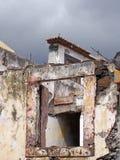 zakończenie w górę okno załamuje się porzucający roofless dom z łamaną żaluzją i popielatym niebem obraz stock
