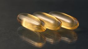 Zakończenie w górę oleju - wypełniający kapsuły miękki gel stosowny dla przedstawiać jedzenie uzupełnia: rybi olej, omega 3, omeg zbiory wideo