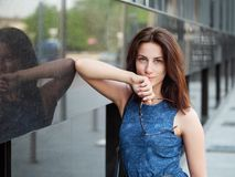 Zakończenie w górę pięknej dorosłej rudzielec kobiety w niebieskich dżinsów smokingowy pozować przy ulicą fotografia royalty free