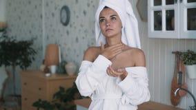 Zakończenie w górę pięknej kobiety w bathrobe stosuje śmietankę szyja, zwolnione tempo zdjęcie wideo